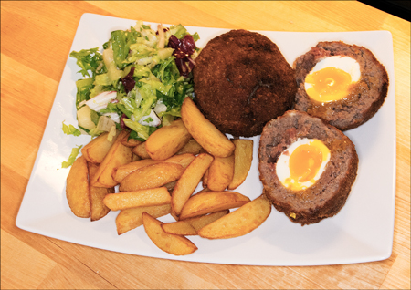 Skotsk egg med chips og salat