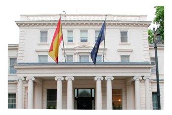 ¿Qué pueden hacer las embajadas y consulados por el viajero español ?