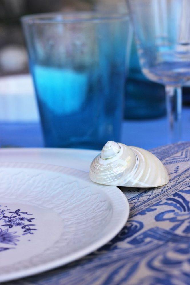 Detalle de la mesa en tonos azules y grises