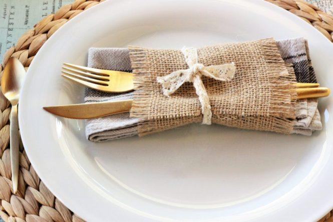 que bonito detalle de la servilleta con el retal de arpillera