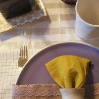 Combina tu mesa en morado, dorado y pistacho
