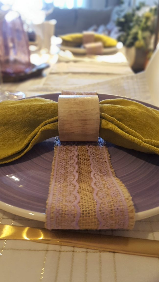 Mesa en morado, dorado y pistacho