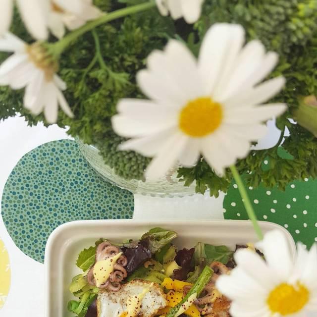 Una buena ensalada en una mesa bonita Que vivan loshellip