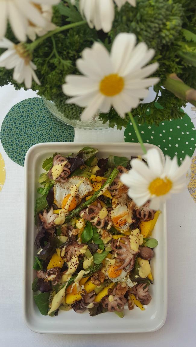Ensalada de pulpitos, huevos de codorniz y frutas exóticas