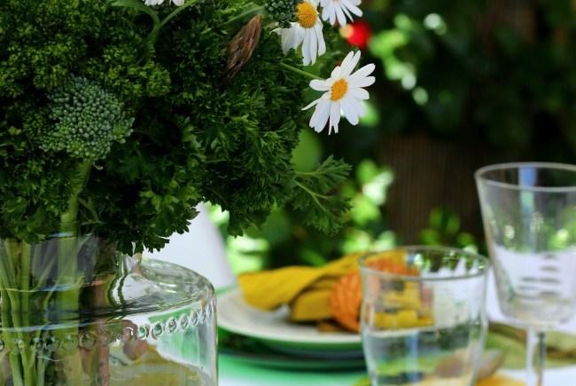 Una mesa en la terraza en verdes y amarillos