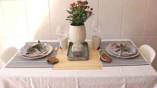 Una mesa para dos llena de rayas