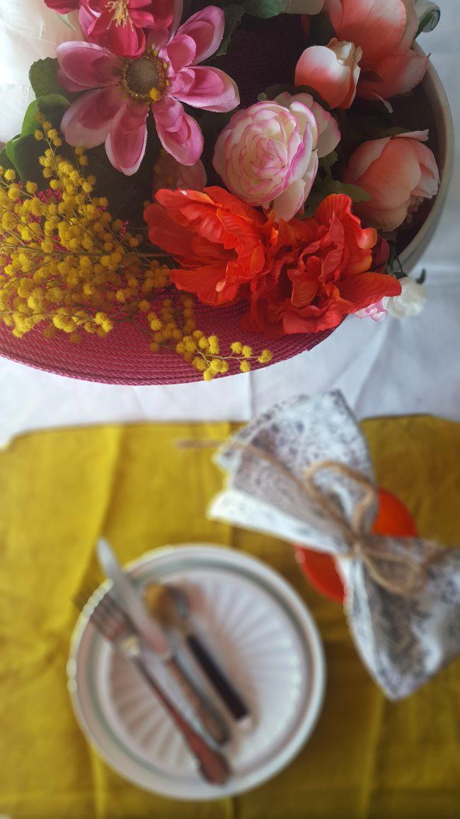 Una mesa con flores para primavera