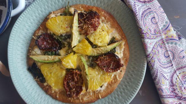 Pizza integral con brandada de bacalao y piña