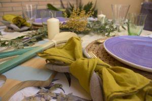 como poner una mesa veraniega con un regalo
