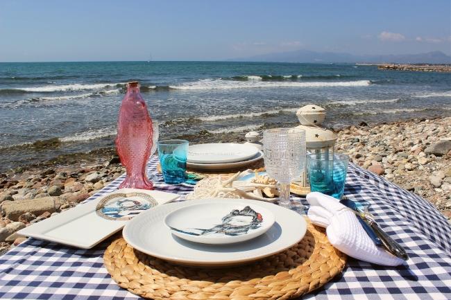una-mesa-en-la-playa-con-okenua