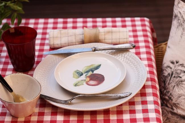 una mesa con Okenua
