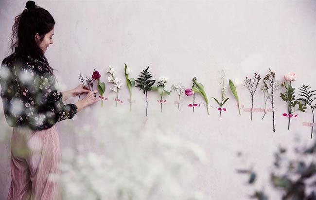 julia-decorando-la-pared-con-flores
