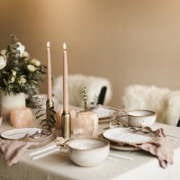 Una mesa en tonos rosa empolvado