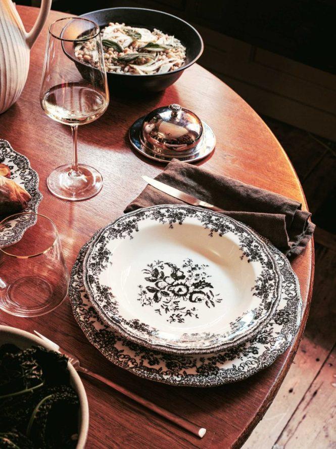 Vajilla vintage en mesa de madera