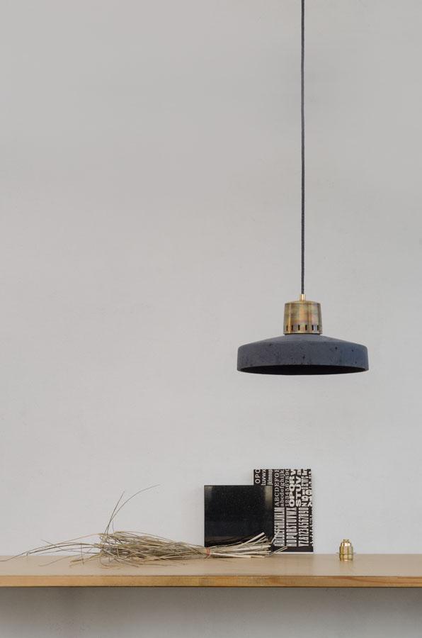 Lampa betonowa KORTA 2 - kolor antracyt - wykończenie mosiężne