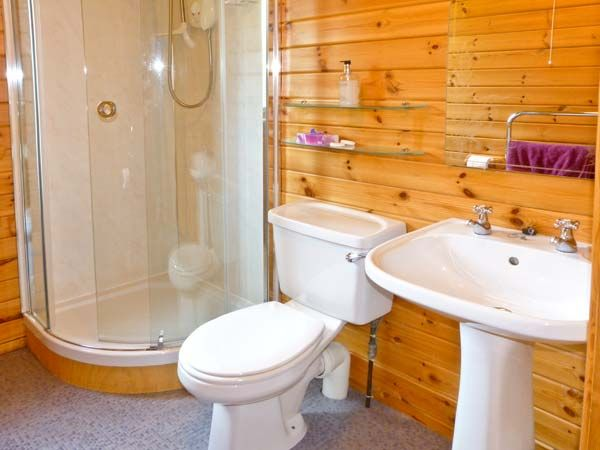 Spinney Lodge Scotland Bathroom  Logcabinholidays