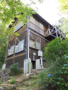 【売買】980万円 岐阜県中津川市蛭川 傾斜面に建つ 1Fが岩風呂のログハウス