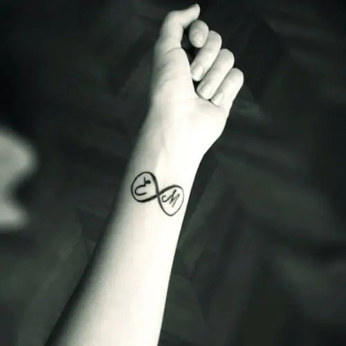 Tatuajes De Iniciales Los Que Nunca Pasan De Moda Tatuajes Logia