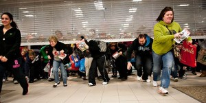 Black-Friday-Shoppers