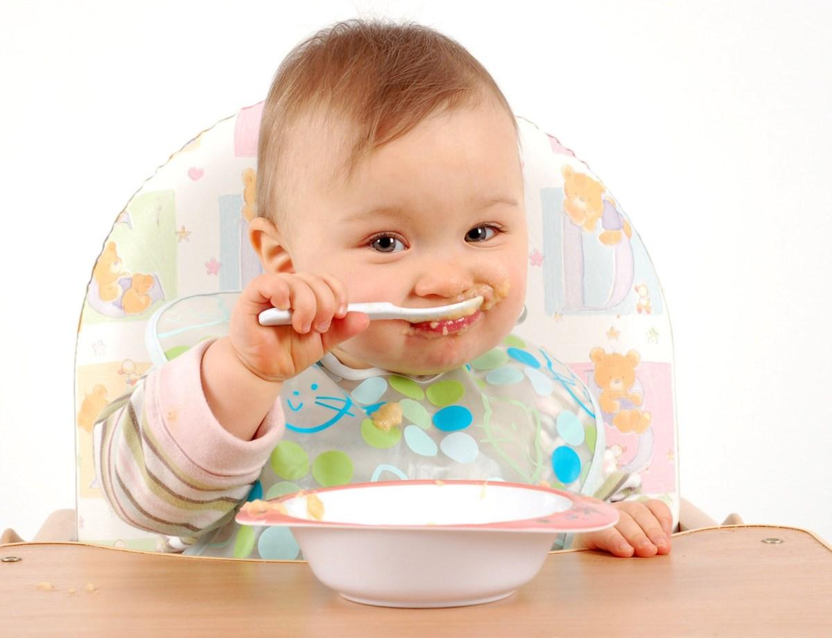 Kada je vreme da beba počne sama da jede?