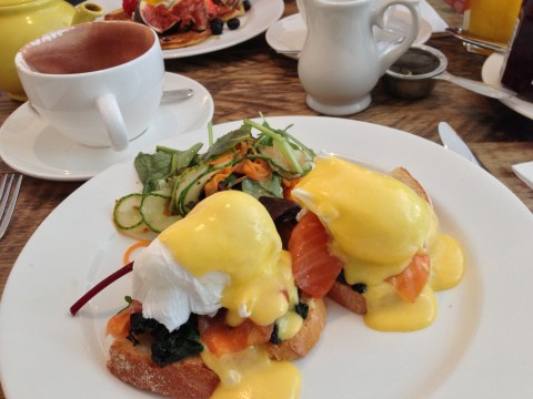 Eggs florentine with smoked salmon at Hally's