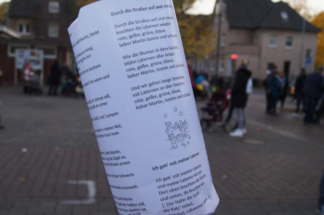 Ganz schön clever: Fackeln mit aufgedruckten Martinslieder-Texten.