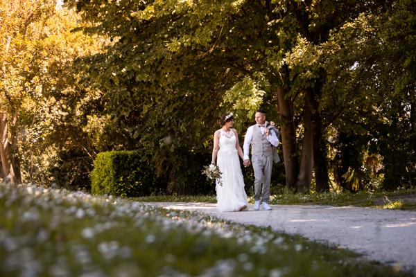 Les mariés se baladent main dans la main à l'ombre