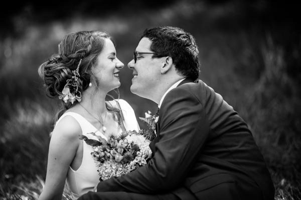 Photo de couple des mariés en noir et blanc