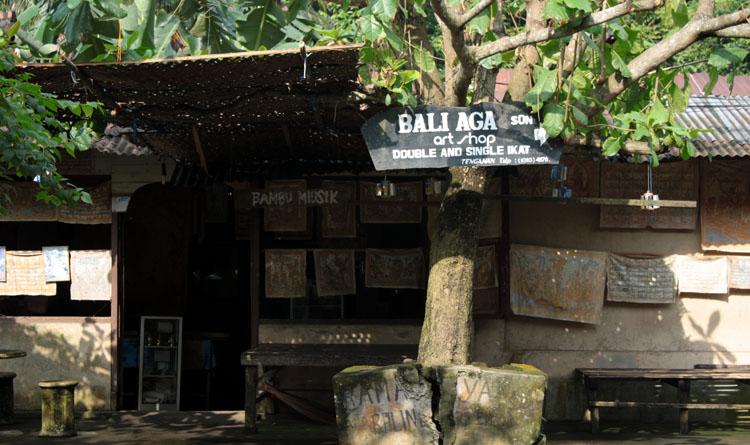 Artshop tradisional yang menjual hasil kerajinan tangan asli yang hanya ada di Desa Tenganan. Desa Tenganan terkenal dengan tenun ikat yang dibuat secara handmade - foto: Lokabali.com