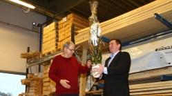 Helge ga blomster til sjefen.