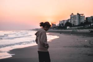 tiener op het strand