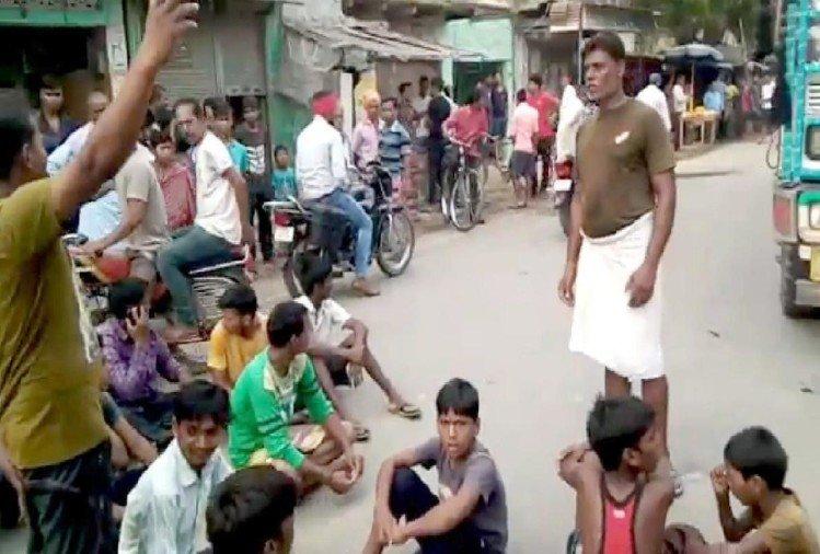 भदोही: उगापुर में सड़क जाम कर बैठे घायल पूर्व ग्राम प्रधान के समर्थक।