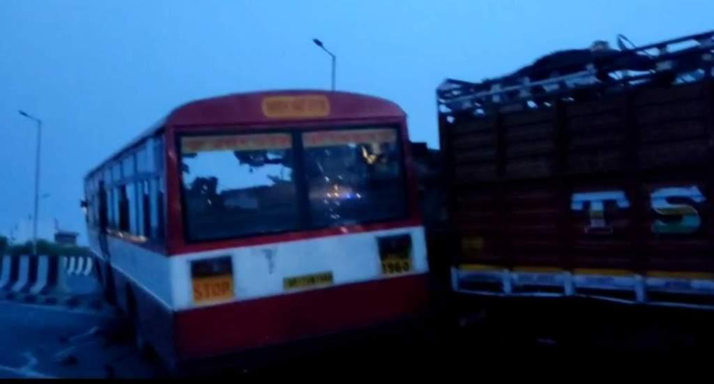 Agra Bus Accident: आगरा में भीषण सड़क हादसा, 4 लोगों की मौत... 12 लोग घायल