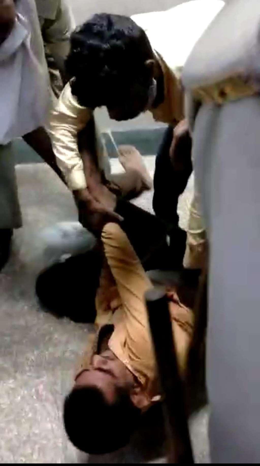 Hardoi News: चोर को पहले लोगों ने जमकर पीटा, मौके पर पहुंची पुलिस ने बचाने के बजाय खुद बूटों से की पिटाई
