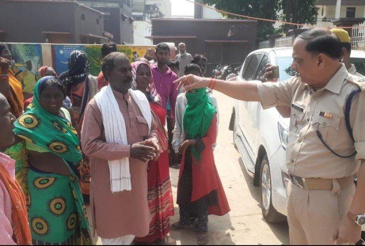 ग्रामीणों को धमकाते पुलिस अधिकारी