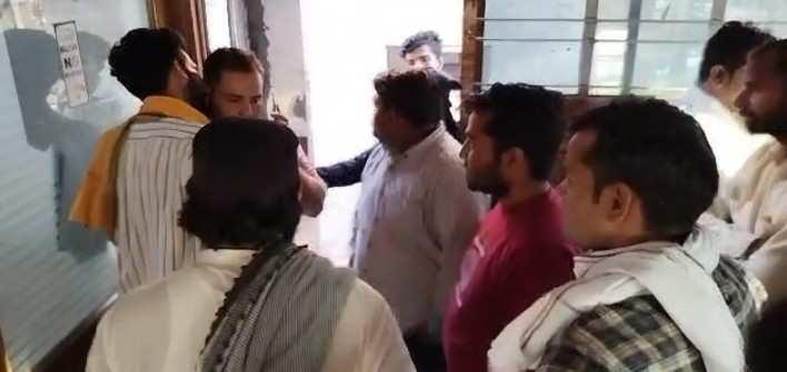 Bulandshahr News: बुलंदशहर में डॉक्टर ने बुखार के मरीज का कर दिया गॉल ब्लैडर का ऑपरेशन, बैठी जांच