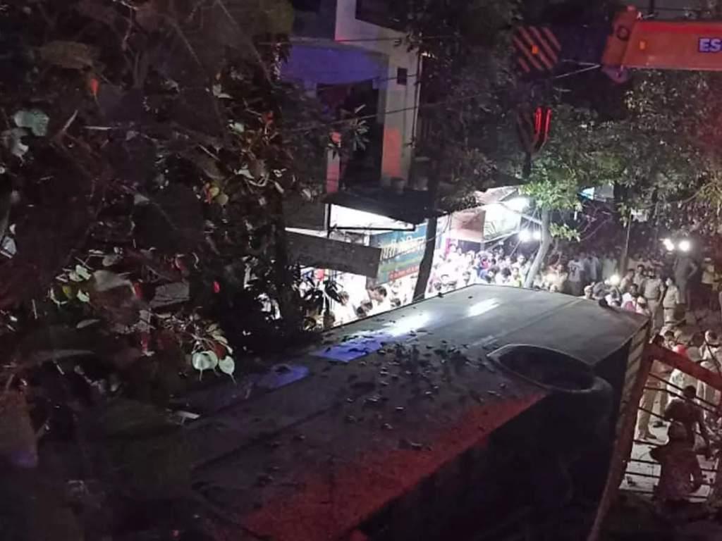 Ghaziabad News: गाजियाबाद में फ्लाईओवर से नीचे सड़क पर जा गिरी बस, बाइक सवार की दबकर मौत, 3 घायल