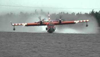 Avião de combate a incêndios abastece