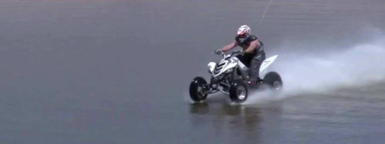 piloto de moto 4 atravessa lago
