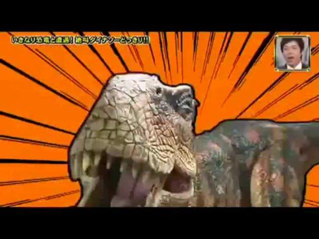 Japoneses apanhados no corredor de um edifício por dinossauro
