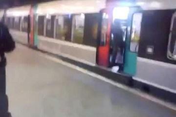 Mulher estava a segurar portas do metro quando