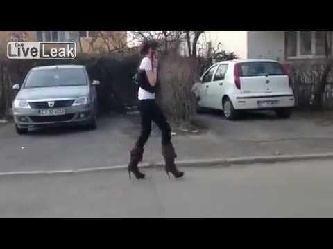 Mulher com problemas nos saltos altos