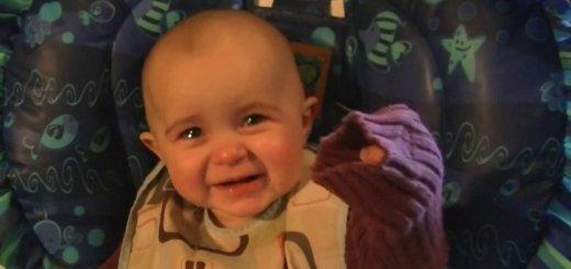 A reacção emocionada de um bebé ao ouvir a mãe