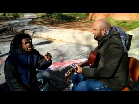 Sem abrigo junta-se a músico na rua e fazem um momento único