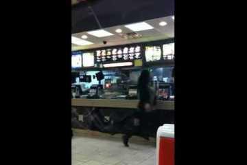 Empregado de McDonalds espanca cliente