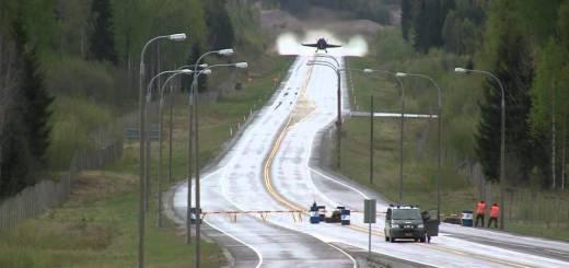Caça F-18 Hornet a descolar numa autoestrada