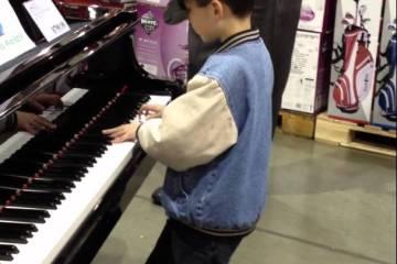 Os pais às compras, e o miúdo maravilhar os clientes a tocar piano