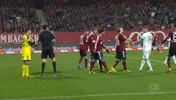 Arbitro assinala penalti mas jogador diz que não