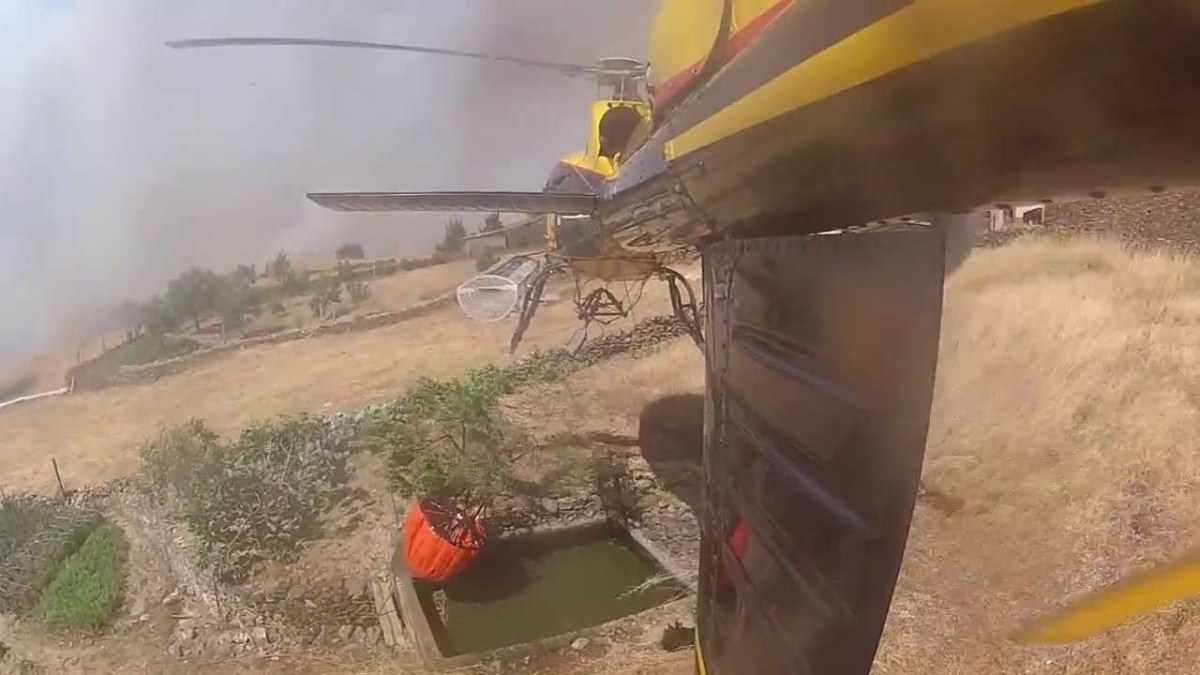 Combate às chamas com câmara instalada no Helicóptero!