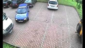 Mulher tenta sair do parque de estacionamento